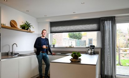 Remco in zijn keuken bij de kunststof kozijnen