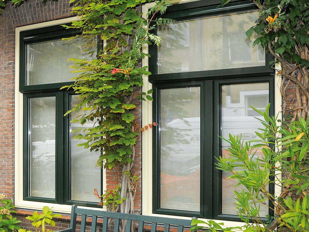 twee kunststof ramen tussen groen